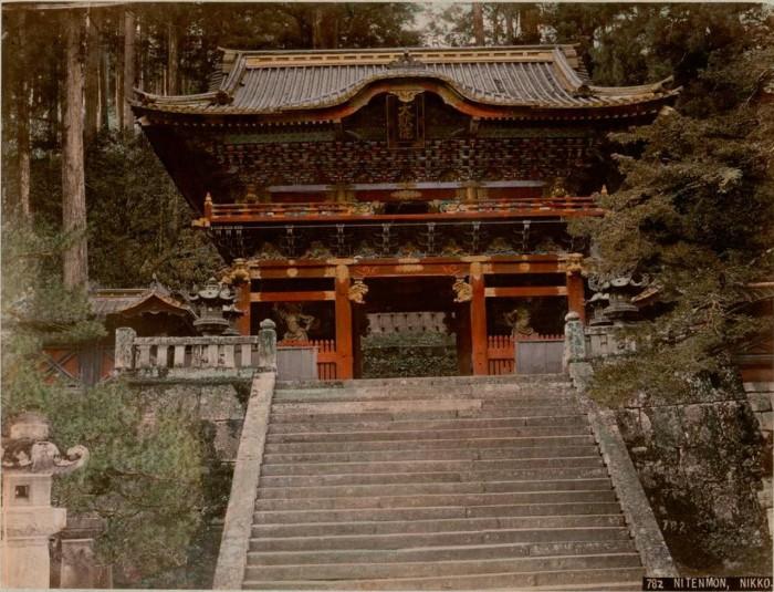 Длинная широкая каменная лестница, вокруг которой возвышаются огромные японские кедры, ведет ко вторым вратам.