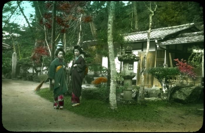 Женщины у дома в японской деревне.