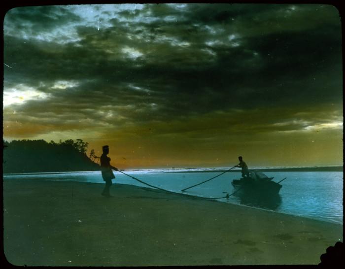 Рыбаки причаливают к берегу.