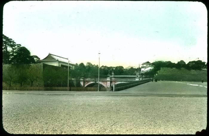 Представляет собой усаженный японскими соснами парк, из которого открывается вид на сам дворец.