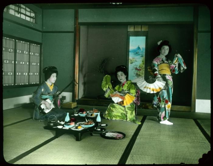 Танцуют под аккомпанемент музыкального инструмента.