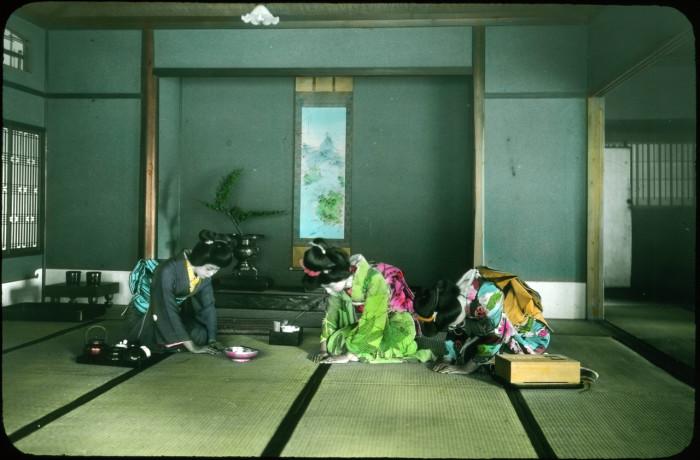 Три женщины выполняют ритуал подготовки к чайной церемонии.
