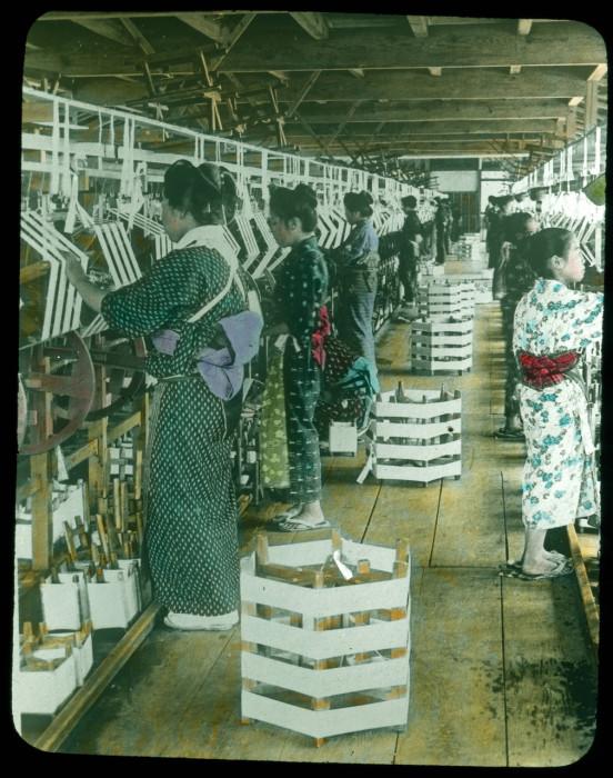Женщины за работой.