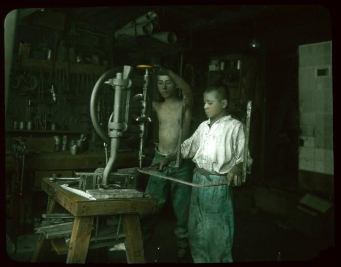 Обучаются работе на сверлильном станке.