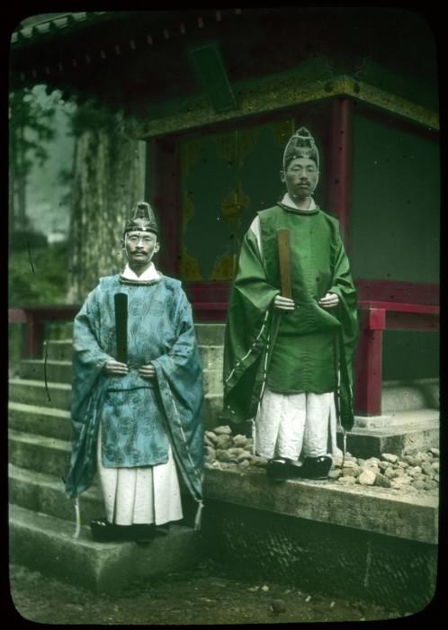 Служители храма.