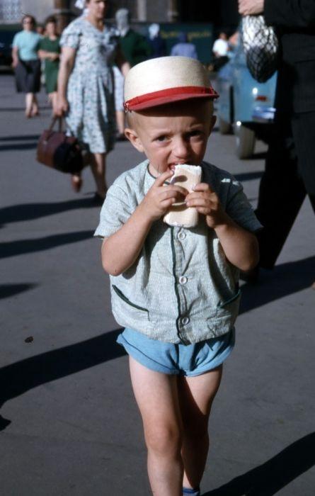 Мальчик с мороженым.
