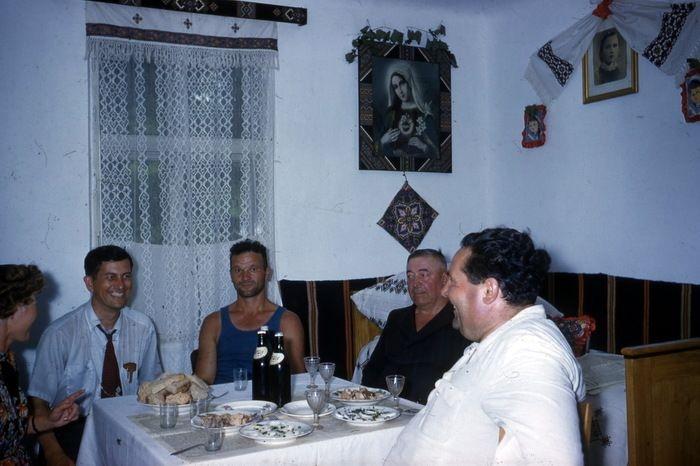Скромное праздничное застолье в простой советской семье.