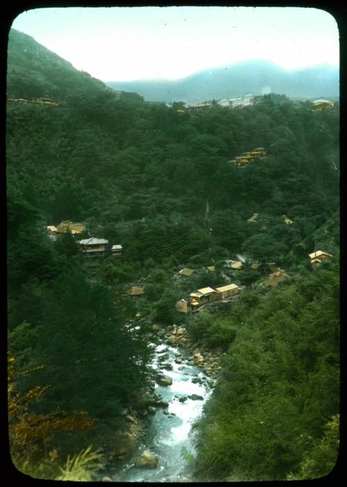 Потухший вулкан в центре острова Хонсю и один из самых популярных курортных районов Японии.