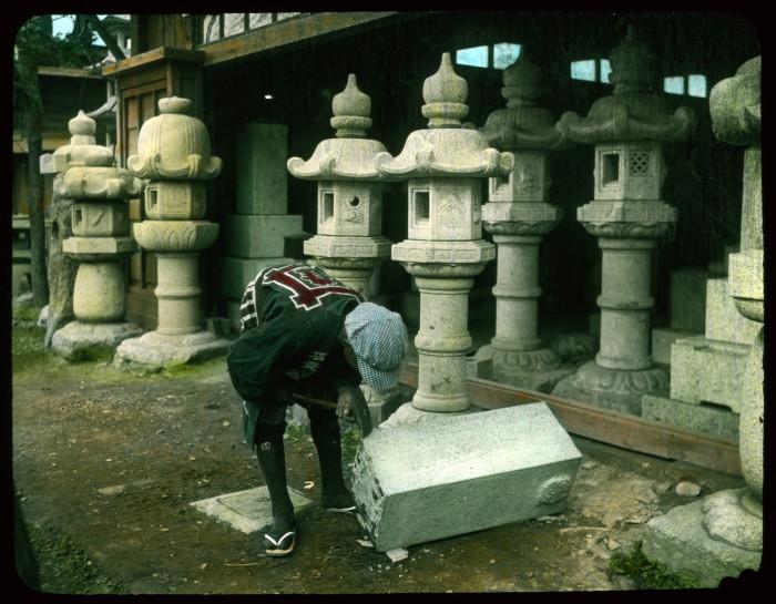 Мастер вырезает фонарь из каменного блока.