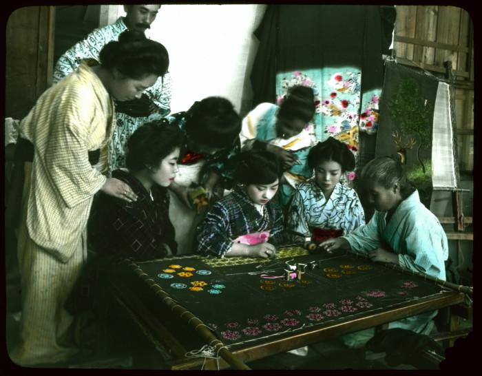 Девочки учатся вышивке.