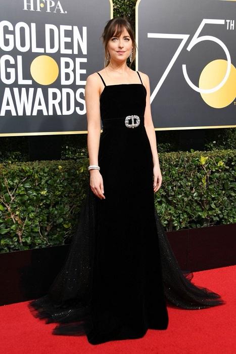 Очаровательная брюнетка, звезда трилогии «Пятьдесят оттенков серого»,  появилась на церемонии в утонченном платье с роскошным шлейфом Gucci. /Фото: fashion-beauty