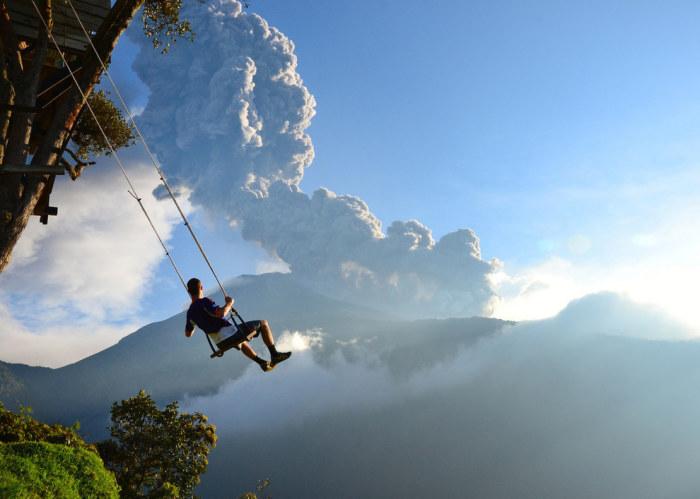 Качели раскачивают туристов на высоте 2660 метров над уровнем моря.