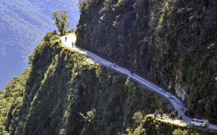 Самая опасная автомобильная дорога в мире в провинции Юнгас потому, что именно тут разбивается за один год более 25 машин, и погибает 100-200 человек.