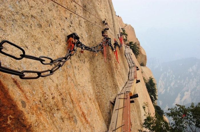 Экстремальный аттракцион на горе Хуашань сделанный из узких досок, висящих над бездонной пропастью, без перил и ограждений.