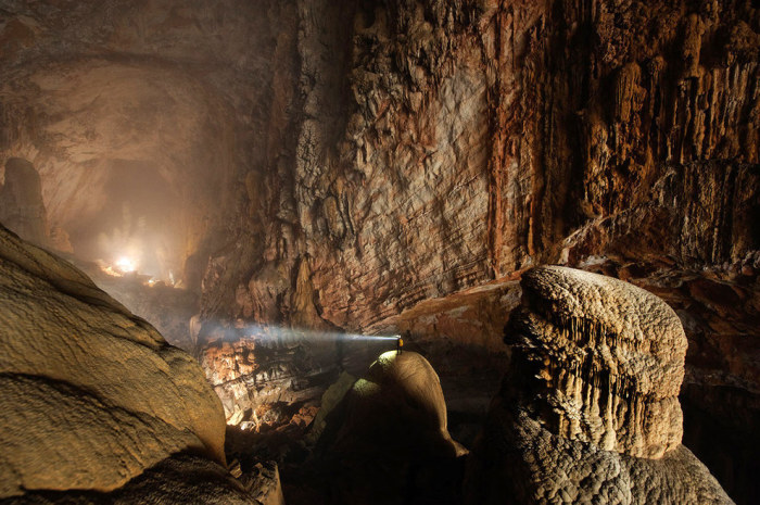 Самая большая пещера в мире из обнаруженных на данный момент местным жителем по имени Хо-Ханг в 1991 году.