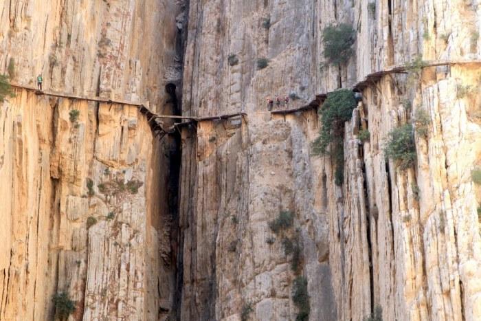 Сооружение, состоящее из вбитых в скалу железнодорожных рельсов и бетона, расположенное в ущелье Эль Чорро, представляя собой искусственный проход протяженностью 3 километра и шириной до 1метра.