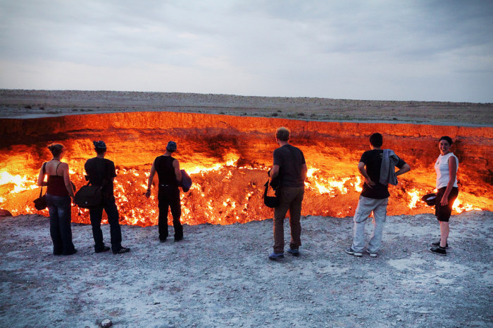 «Врата Ада» - горящий кратер посреди пустыни в Туркменистане.