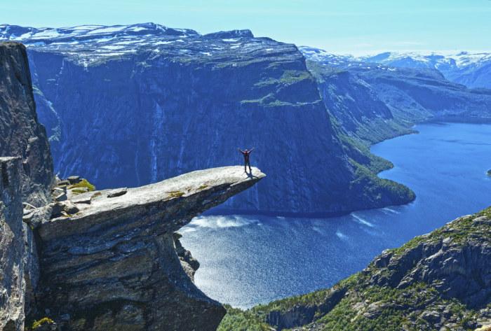 Каменный выступ на горе Скьеггедаль, вблизи города Одда в Норвегии, возвышающийся над озером Рингедалсватн на высоте 350 метров.