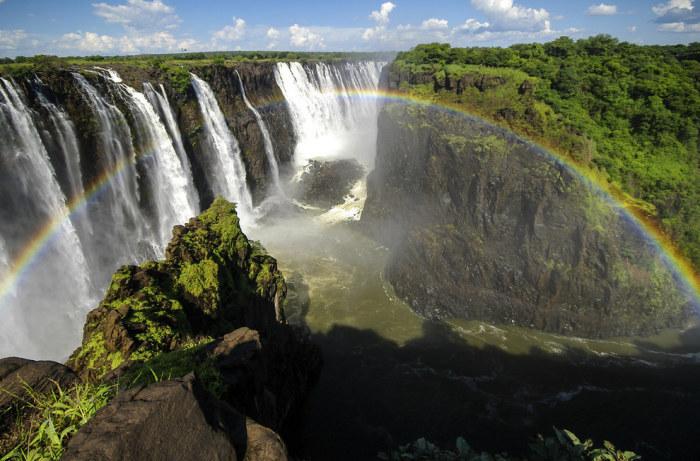Небольшая лагуна располагается в скалах, на вершине одного из самых больших и красивейших водопадов в мире – Виктория.