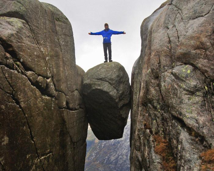 Камень застрял между двумя стенами отвесного ущелья на огромной высоте, а сфотографировать на нём старается каждый турист, путешествующий в горах этой северной страны.