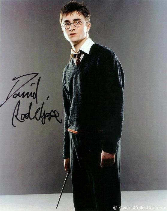 Популярный британский актер тоже предпочитает в автографе указывать свое имя и фамилию.