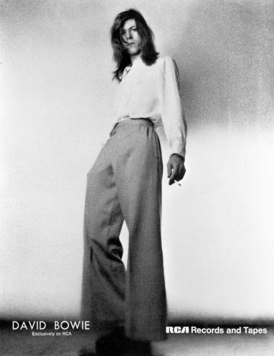 Дэвид Боуи (David Bowie) в широких штанах позирует для обложки 4-го студийного альбома «Hunky Dory» в Лондоне.