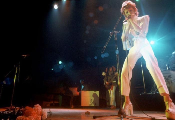 Белый сценический костюм, в котором британский певец выступал на сцене в Лос-Анджелесе, дизайнеры дополнили ажурным сабо на каблуке.