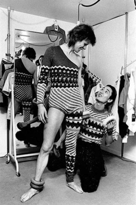 Монохромный снимок Дэвида Боуи с японским дизайнером Кансаем Ямамото (Kansai Yamamoto).