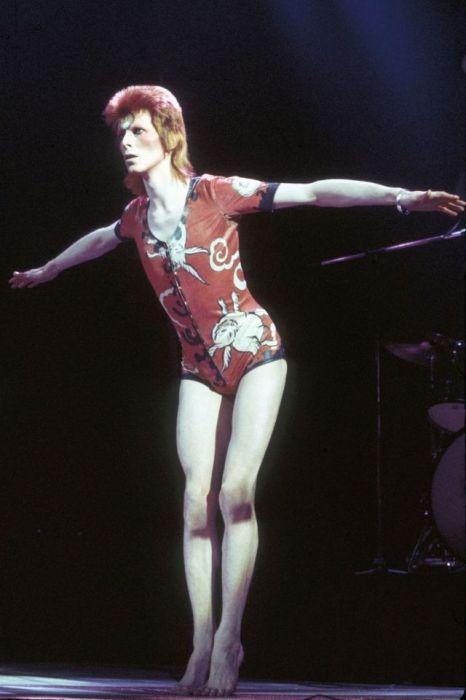 Непревзойденный Дэвид Боуи в образе Зигги Стардаста и костюме «Лесные существа», созданном модельером Кансаем Ямамото.
