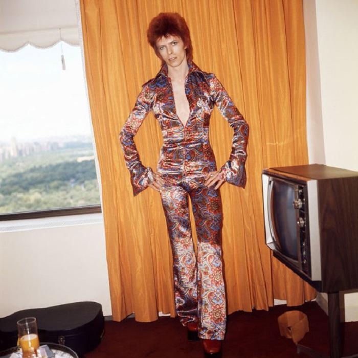 Примерка сценического костюма – шелкового комбинезона с растительными узорами – перед выступлением на сцене в Нью-Йорке.
