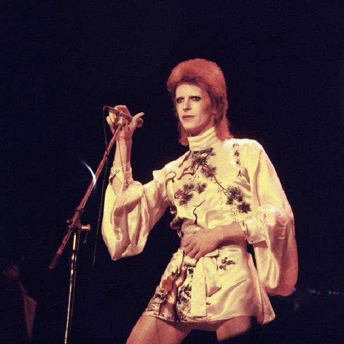 Дэвид Боуи в сценическом наряде - шелковом мини-платье, подчеркивающим предпочтение британского исполнителя стилю «унисекс».