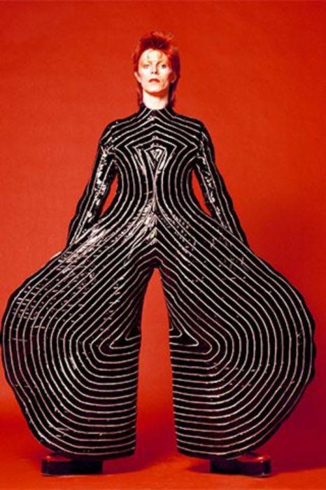 Экстравагантный наряд, специально созданный японским дизайнером Кансаем Ямамото для британского музыканта.