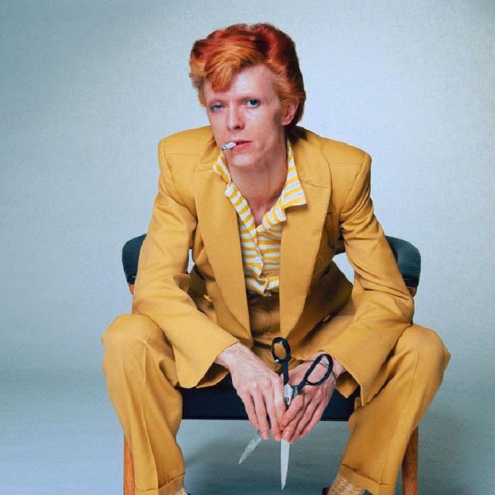 Британская рок-звезда позирует фотографу Терри О'Нилу (Terry O'Neill) в ярко-желтом костюме для промо в поддержку тура «Diamond Dogs».