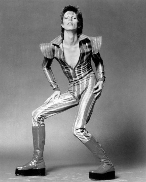 Британский певец в образе вымышленного персонажа Зигги Стардаста – полосатый комбинезон и лаковые сапоги на платформе.