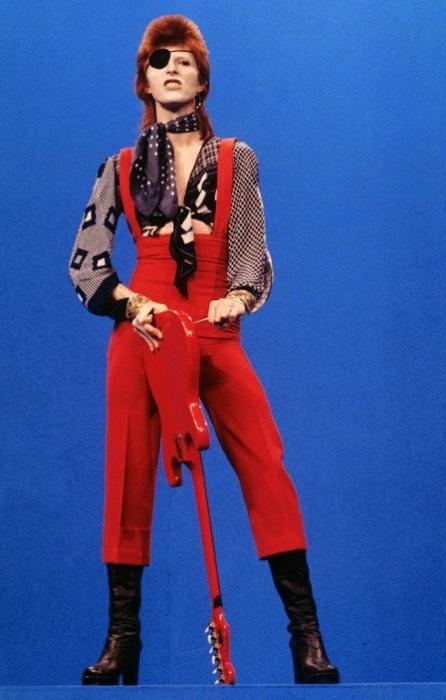В ярко-красном комбинезоне и черной повязкой на глаз Дэвид Боуи выступил на телешоу «TopPop» в Хилверсуме с песней «Rebel Rebel».