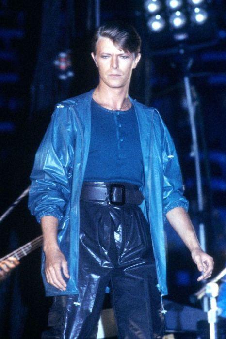 Дэвид Боуи в синем сценическом костюме из искусственных материалов во время выступления в Окленде (Калифорния).