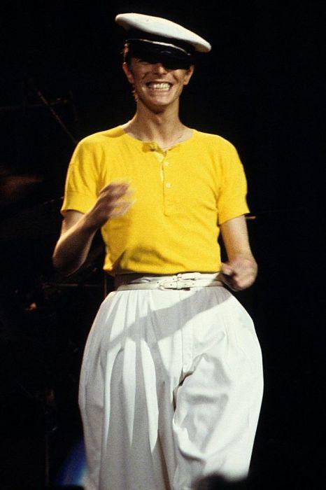 Благодаря своим необычным сценическим костюмам британский певец и музыкант Дэвид Боуи стал иконой стиля музыкальной поп-культуры 1970-х годов.