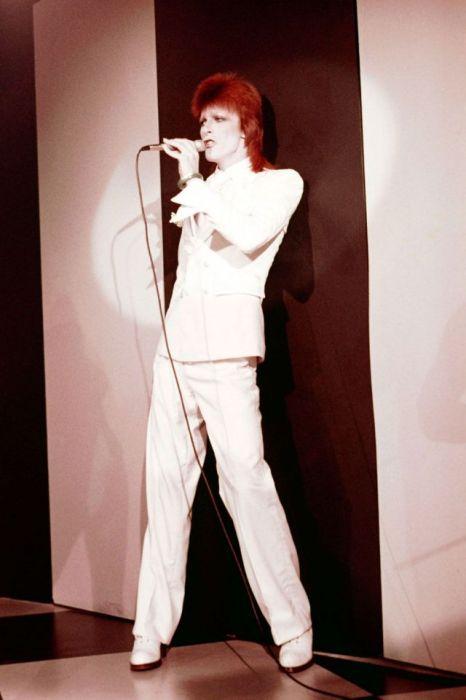 Дэвид Боуи в белоснежном костюме во время выступления в музыкальном клубе «The Marquee» в Лондоне.
