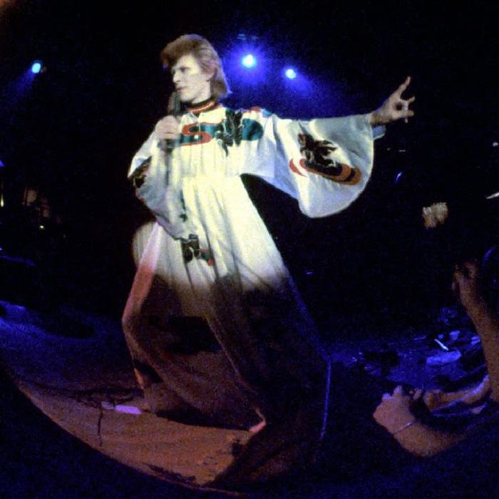 Оригинальный сценический образ Дэвида Боуи для выступления в турне «Ziggy Stardust» - широкий шелковый халат на кнопках.