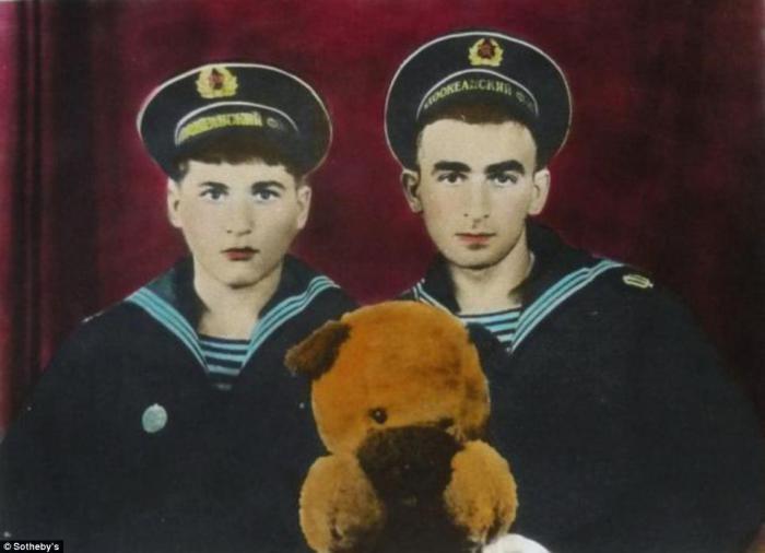 Фотография Бориса Михайлова. Уникальный снимок, так как вручную раскрашен анилиновыми красителями. Продано за 20.000 фунтов стерлингов.