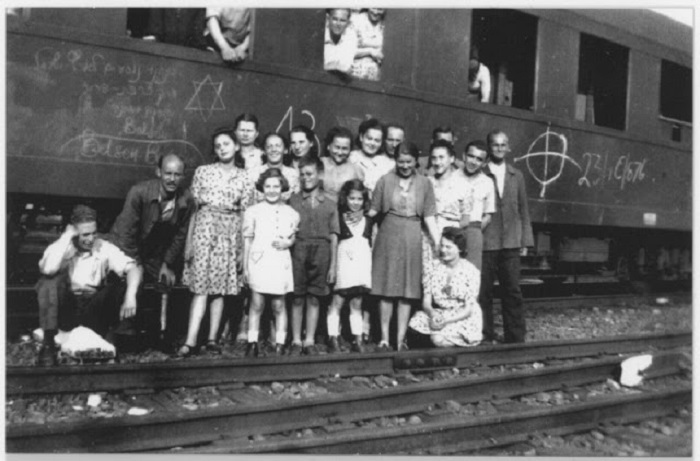 Фотография сделана после того, как людей освободили и стали переправлять домой.