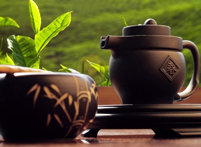 Чайные листья принято заваривать в заварочный чайник при температуре 80 градусов. | Фото: otvet.mail.ru.