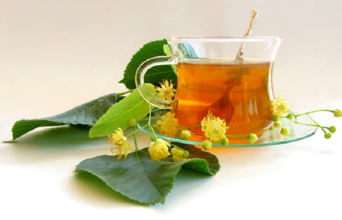 Липовый цвет добавляет аромат в чашку с чаем. | Фото: buzzilla.ru.
