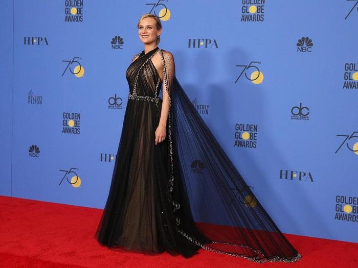 Немецкая актриса в платье с потрясающей накидкой до пят Prada, на красной дорожке в отеле The Beverly Hilton. /Фото: harpersbazaar.com