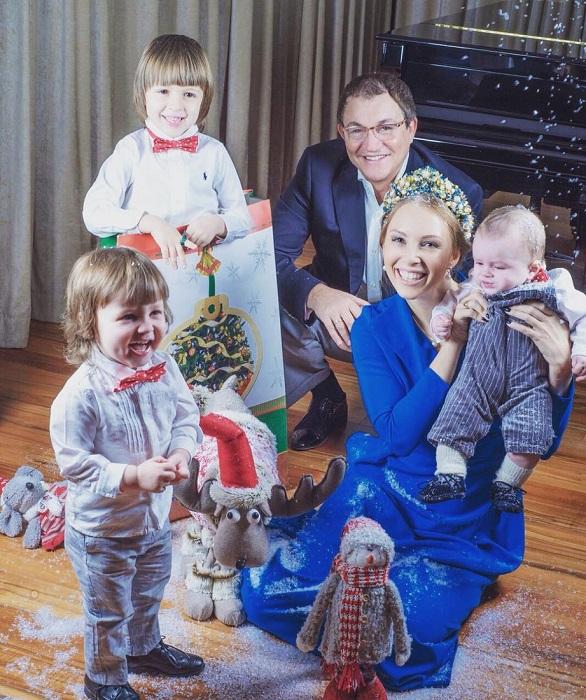 Телеведущий воспитывает сыновей: Александра, Федора и Илью, который появился на свет, когда Дмитрию исполнилось 58 лет. /Фото: joinfo.ua