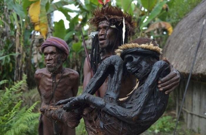 Племя Дани чтит своих предков и хранит их тела сотни лет в закопченном виде.