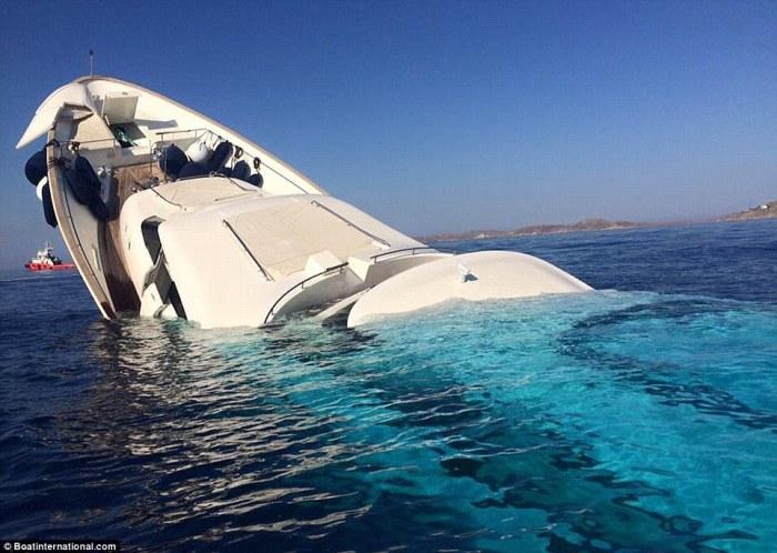 Яхта стоимостью около 6,2 миллиона долларов США идёт ко дну у берегов греческого острова Миконос.