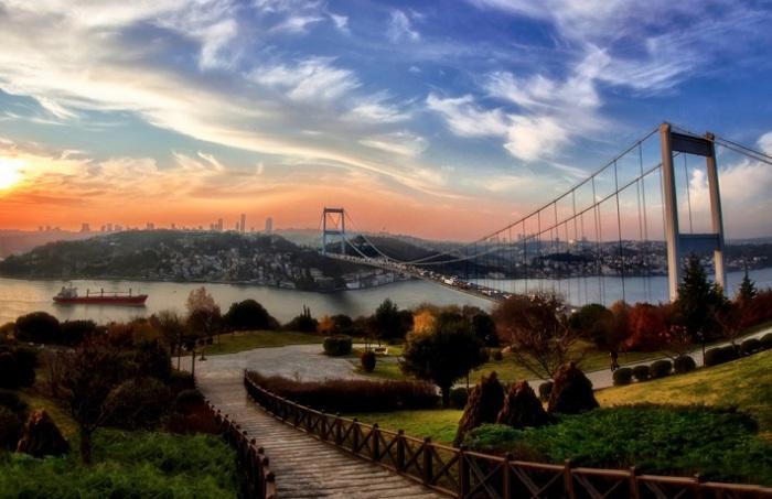 Подвесной мост через Босфорский пролив. Фотограф - Самет Гюлер.