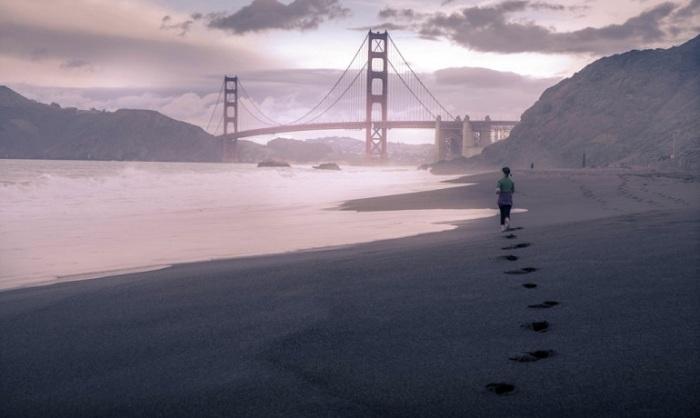 Женщина и мост. Фотограф - Рамелли Серж.