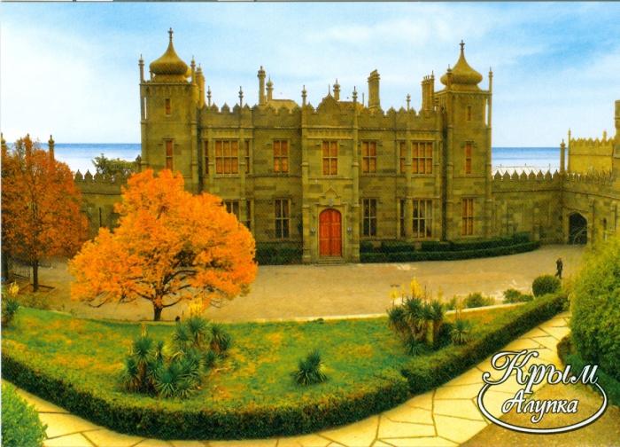Фасад дворца, обращенный к Ай-Петри, выполнен в стиле поздней готики.